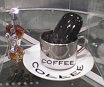コーヒーカップの中に黒いPENCK
