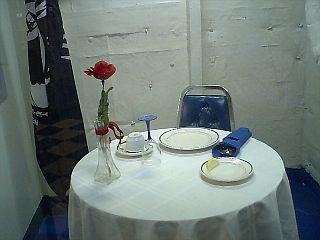 誰もいない食卓に一輪のバラ.