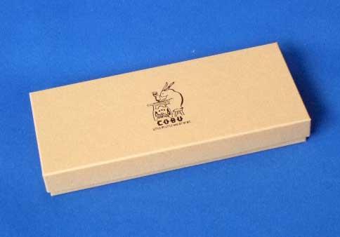 届いた商品は,柔らかな茶系のシンプルな紙箱に味のあるタッチでウサギの絵.