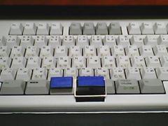 スペースキーと無変換キーにアクリル製の器具を取り付けます.