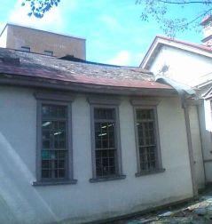 古い建物は屋根もはがれた