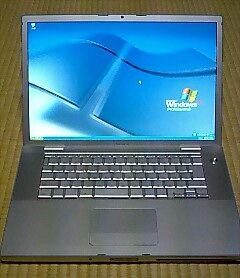 ワンボタンタッチパネルの銀色ノートPCに何の変哲もないWindows XPの画面.