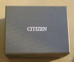 銀色のCITIZENの文字がシックな濃灰色の箱.