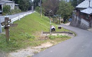 道しるべに舗装された狭い道.