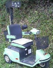 しばらく行くと,原動機付き三輪車?とでもいうものが放置されていました.